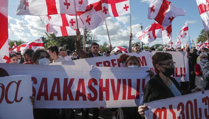 Тысячи людей у тюрьмы в Рустави требуют освобождения Саакашвили