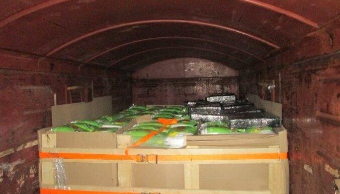 ФОТО. Таможенники нашли контрабанду в цистерне с селитрой
