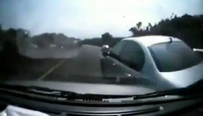 Video: 'BMW' izraisa lielceļa avāriju un aizbēg