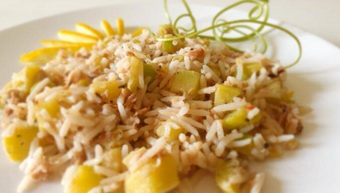 Atsvaidzinošie vasaras salāti ar rīsiem, tunci, cukīni un citronu