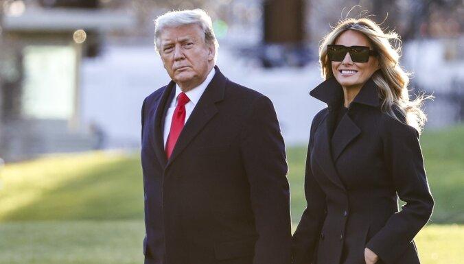 Melānija atbalstītu Trampa mēģinājumu atgriezties Baltajā namā, atklāj eksprezidentam pietuvinātās personas