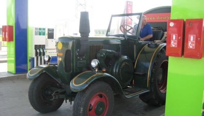 ФОТО: Путешествующие на ретро-тракторах австрийцы добрались до Латвии