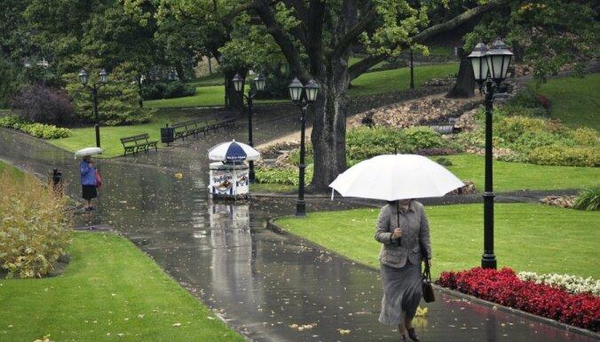 Sestdien daudzviet īslaicīgi līs, vējainākais laiks būs Kurzemē