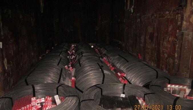 Foto: VID kravas auto un vilcienos uziet 519 000 kontrabandas cigarešu