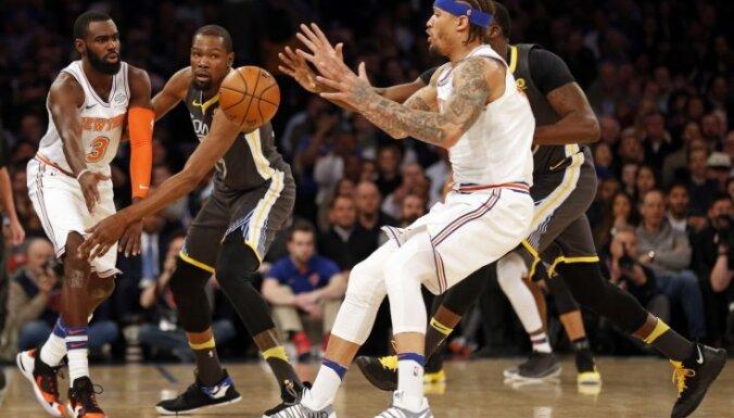 'Knicks' kapitulē NBA čempioniem 'Warriors'; Deivisam 53 punkti kārtējā 'Pelicans' uzvarā