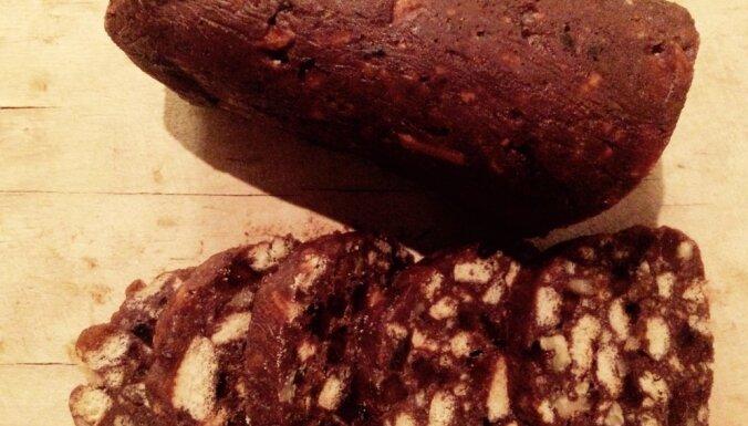 Saldā šokolādes 'desa' ar marmelādi un riekstiem