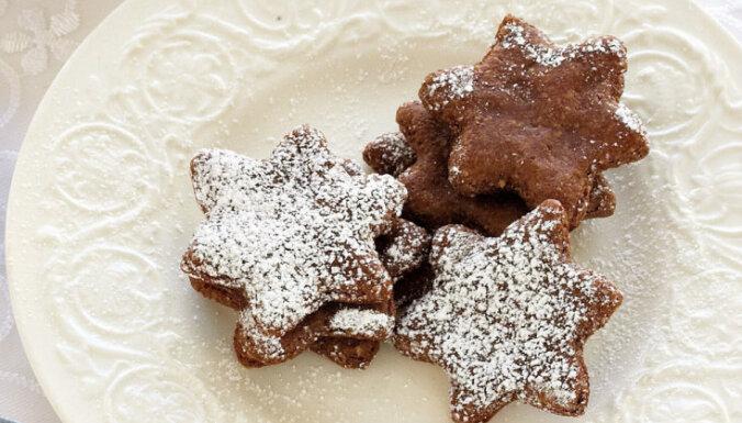 Šokolādes un mandeļu cepumi ar pūdercukuru