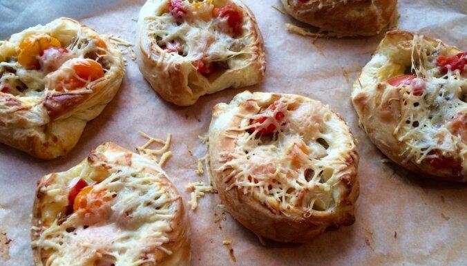 Kārtainās mīklas maizītes ar ceptām baravikām un tomātiem