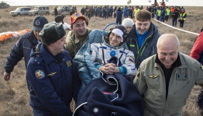 Trīs astronauti pēc 115 dienu ilgas misijas SKS atgriežas uz Zemes