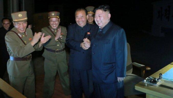 Tramps sola, ka neļaus Ķīnai 'neko nedarīt' attiecībā uz Ziemeļkoreju