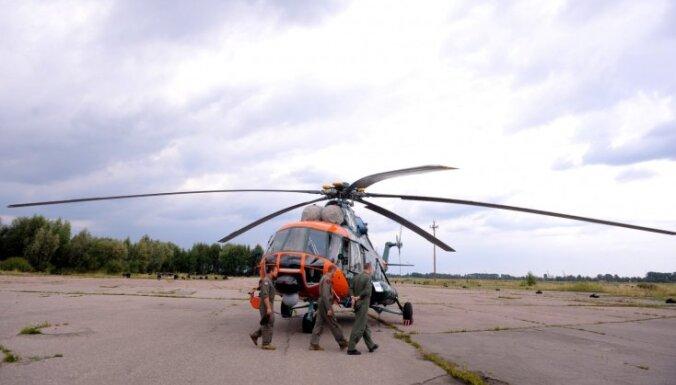 NBS helikopters Rīgā no Kuldīgas nogādā avārijā smagi cietušu vīrieti