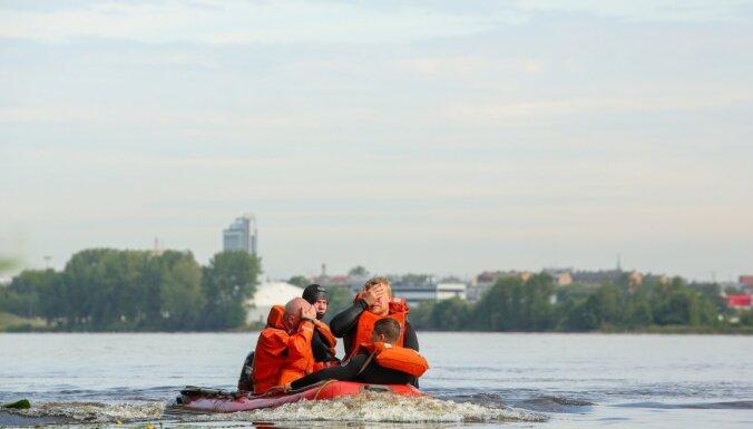 Olaines novadā glābēji krastā nogādā četrus uz plosta iestrēgušus cilvēkus