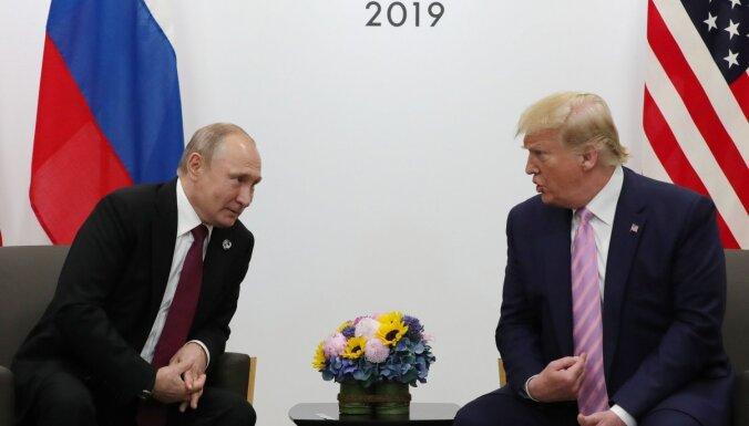 Tramps jokodams brīdina Putinu nejaukties vēlēšanās