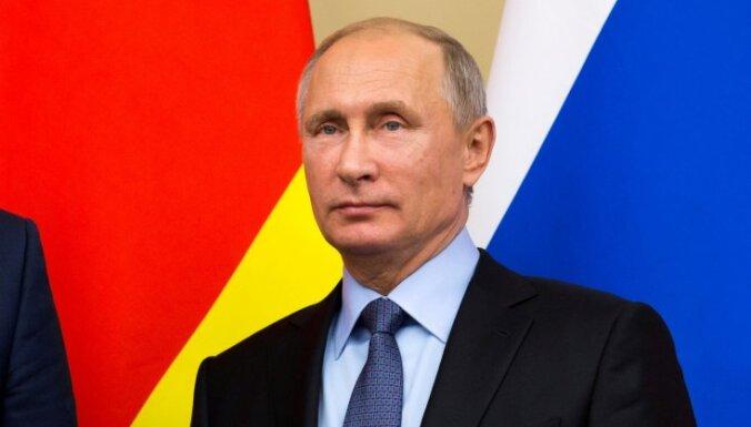 Putins paraksta likumu, kas ļauj atzīt žurnālistus par 'ārvalstu aģentiem'