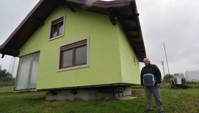 Vīrietis uzbūvē rotējošu māju, jo sieva nevar izlemt par skatu pa logu
