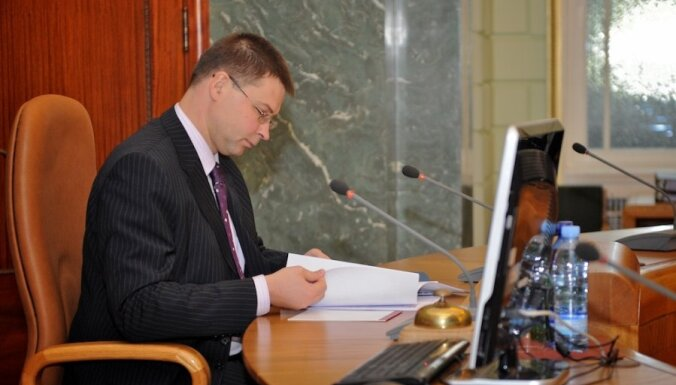 Dombrovskis sliecas atbalstīt obligātās veselības apdrošināšanas ieviešanu