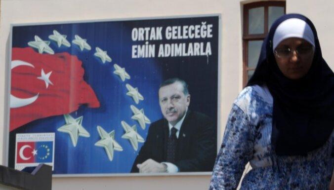 ES uz četriem mēnešiem atliek iestāšanās sarunas ar Turciju