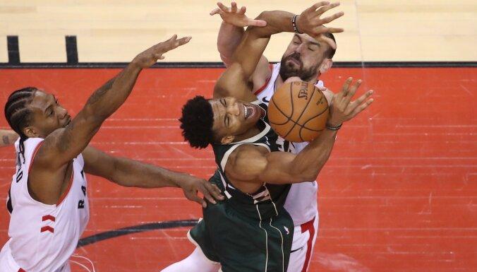 'Raptors' otrajā pagarinājumā gūst pirmo uzvaru sērijā pret 'Bucks'