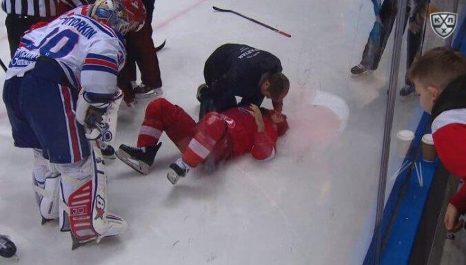 Daugaviņš KHL mačā gūst nopietnu savainojumu un pamet laukumu uz nestuvēm