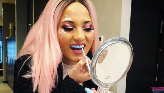 Девушки стали раскрашивать зубы под цвет наряда и лака для ногтей
