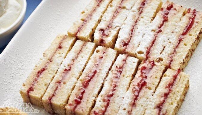 Bītonas kundzes ievārījuma maizes (Mrs. Beeton's victorian jam sandwiches)
