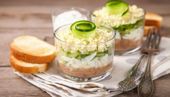 Tunča salāti ar svaigu gurķi un jogurta–ķiploku mērci