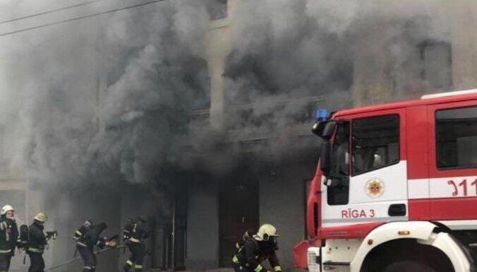 ФОТО. Пожар на ул. А. Чака: спасатели эвакуировали 14 человек