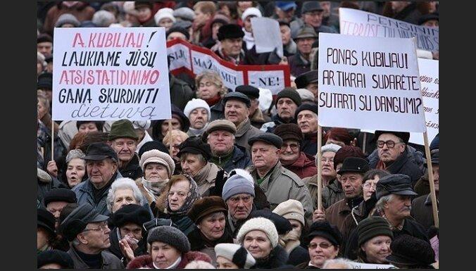Lietuvas pensionāri atkal protestē pret pensiju samazināšanu