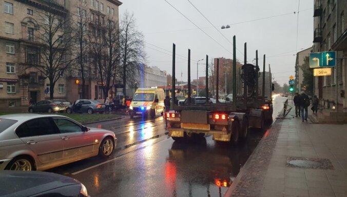 Foto: Valdemāra ielā sadūrušās četras automašīnas