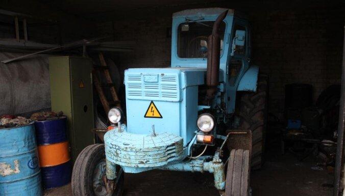 """Latvijas dzelzceļš выставила на продажу тракторы """"Беларус"""", грузовики и мотоцикл Иж с коляской"""