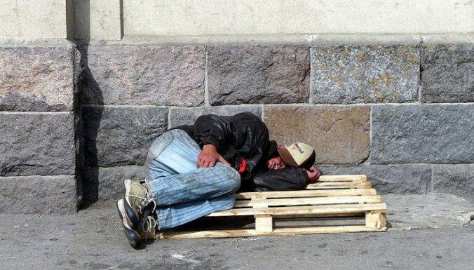 Более половины латвийцев уверены, что лень - главная причина бедности