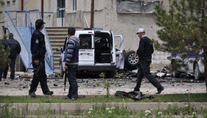Turcijā pēc policijas auto uzbraukšanas mīnai bojā gājuši astoņi cilvēki