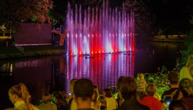 Foto: Zelta pāru godināšana, koncerts un strūklaku šovs Rīgas pilsētas svētkos