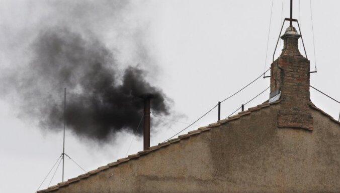 Melni dūmi virs Vatikāna – pāvests nav ievēlēts