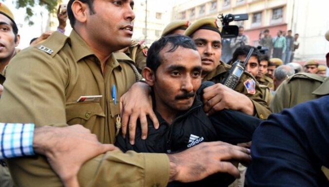 Indijā par pasažieres izvarošanu 'Uber' taksistam piespriež mūža ieslodzījumu