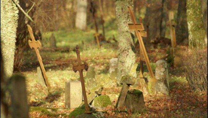 Задержана женщина, осквернившая кладбище и устроившая погром на могилах