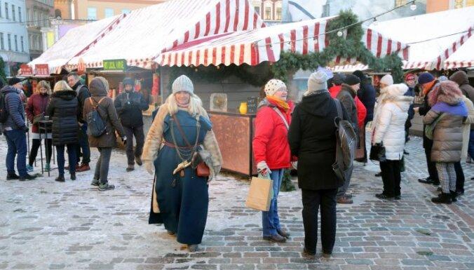 """ФОТО: В Вецриге открылся рождественский рынок, на Эспланаде — """"королевство кроликов"""""""