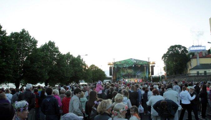 На набережной праздновали Лиго десятки тысяч людей