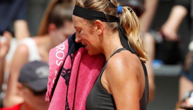 Azarenka un Vavrinka papildina no 'French Open' izstājušos sarakstu, Vozņacki un Džokovičs soļo tālāk