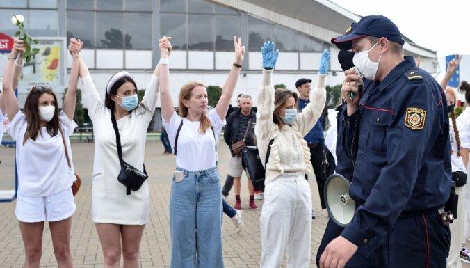 Foto: Baltkrievijā notiek solidaritātes akcijas, protestējot pret vardarbību
