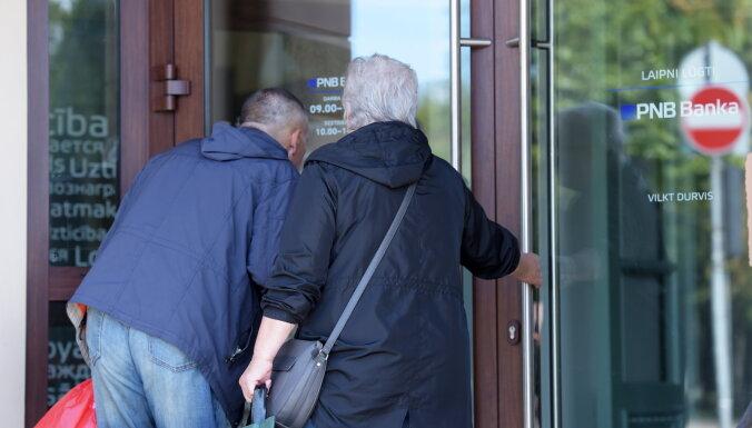 К филиалу PNB в Риге пришли пенсионеры, оставшиеся без денег. РД приглашает их в суповые кухни