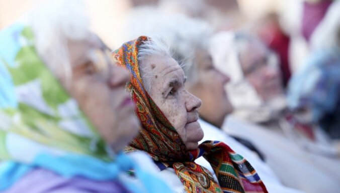 Сейм поддержал выплату разового пособия в размере 200 евро пенсионерам и людям с инвалидностью