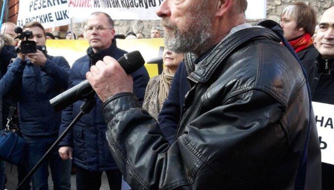 """""""Ваши дети моют пол"""". Как выглядел пикет против реформы русских школ в Риге"""