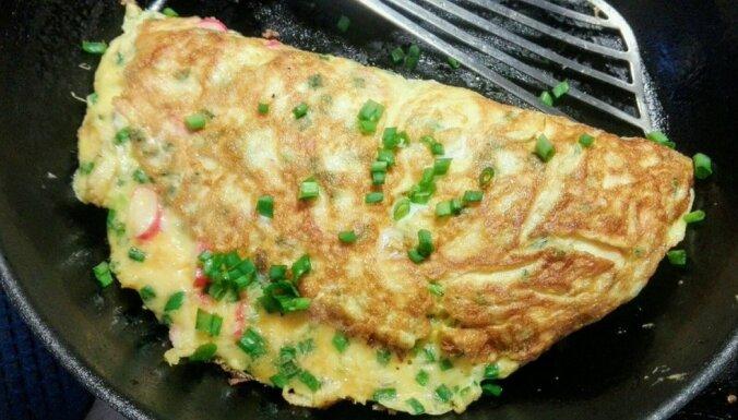 Sātīgā omlete ar krabju nūjiņām, sieru un lociņiem