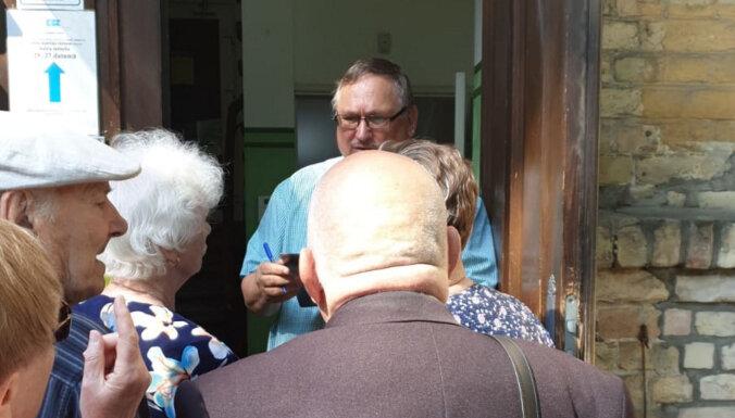 ФОТО: Жители Пардаугавы не получили вовремя счета - у RNP выстроилась очередь