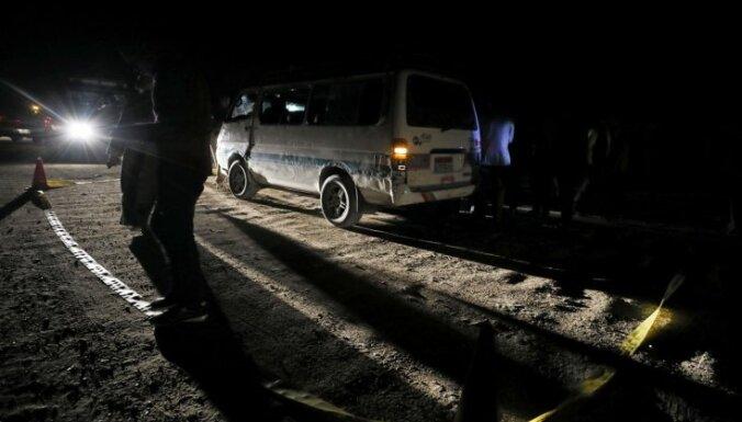 Foto: Ēģiptē noticis uzbrukums autobusam ar koptu kristiešiem; septiņi bojāgājušie