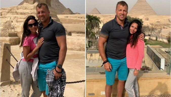 Mairis Briedis ar sieviņu pozē pie Ēģiptes piramīdām