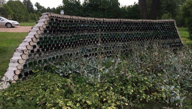 Foto: Neparastais Pudeļu dārzs Gulbenes pusē, kurā skatāmi 43 vides objekti