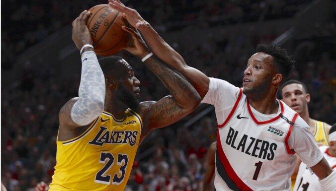 Lebrons Džeimss un 'Lakers' jauno NBA sezonu sāk ar zaudējumu