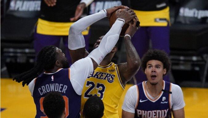 'Suns' gāž no NBA čempionu troņa 'Lakers'